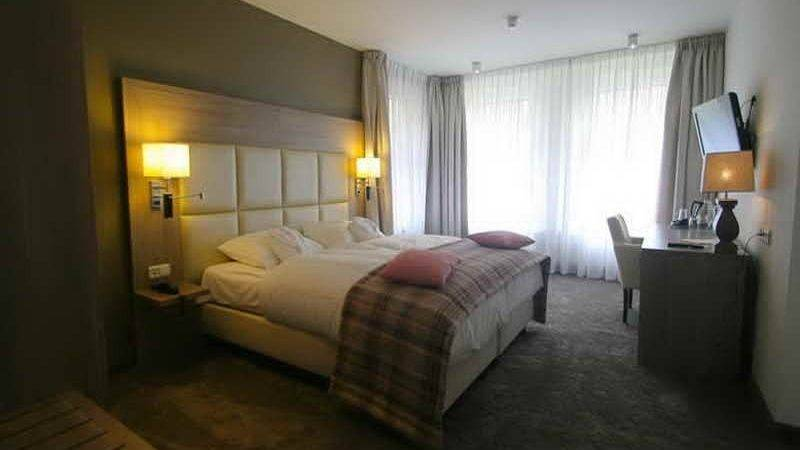 Bloombety Custom Hotel Room Decorating Ideas