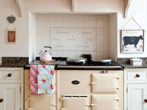 Neutral Country Kitchen Design Idea